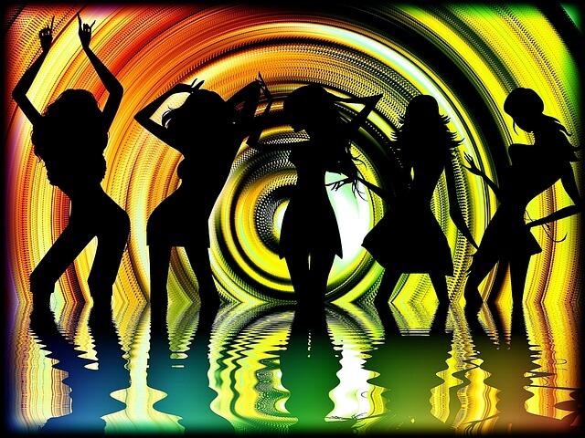 音楽に合わせて体を動かす人々
