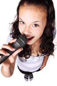 真上から見た歌う女性