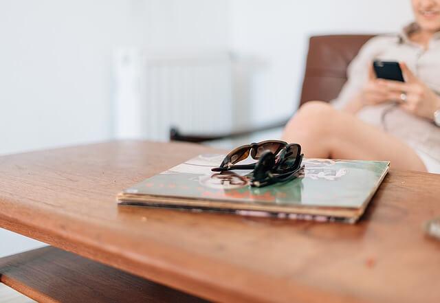 ソファーに座るカップルと机の上のサングラス