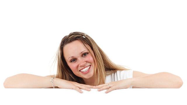 笑顔でもたれかかる女性