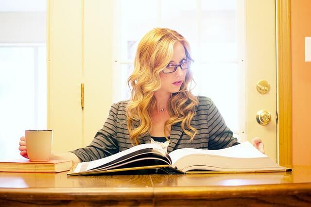 本を熟読する眼鏡をかけた女性