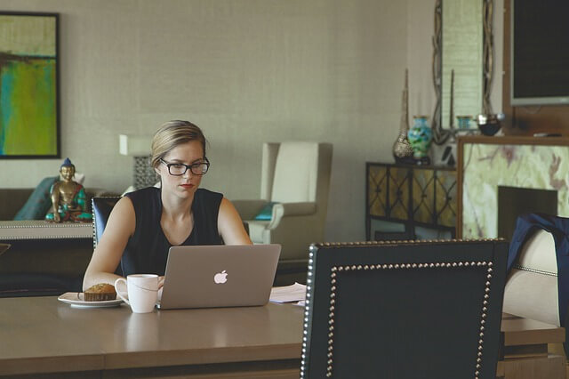 カフェでラップトップで作業する女性