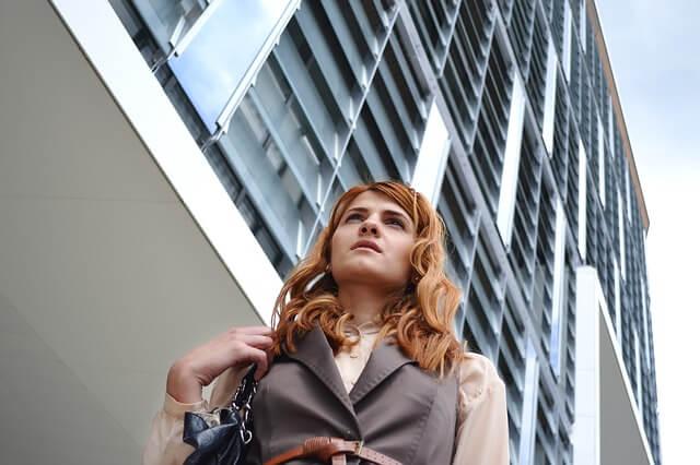 オフィス街を一人で歩く女性