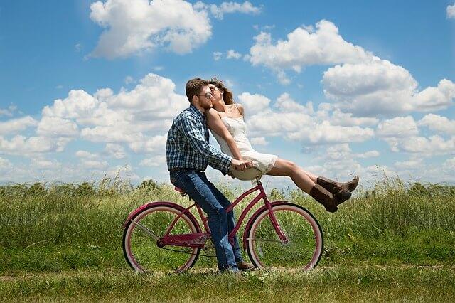仲良く二人で自転車に乗るカップル