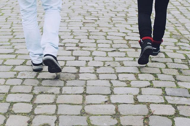 街中を歩くカップルの足