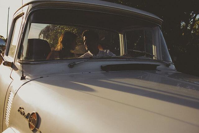 ビンテージのフォードに乗るカップル
