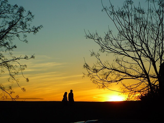 夕焼けを見ながら歩くカップル