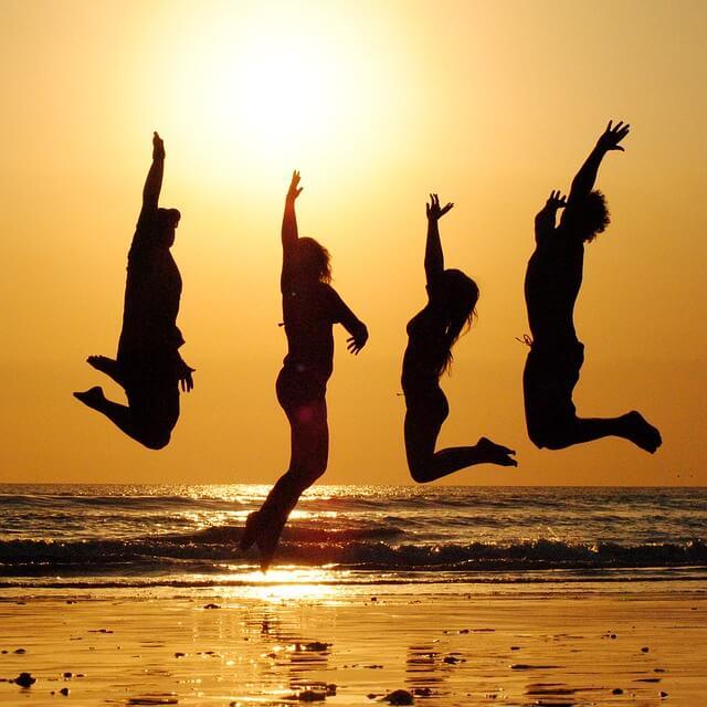ジャンプして盛り上がる4人