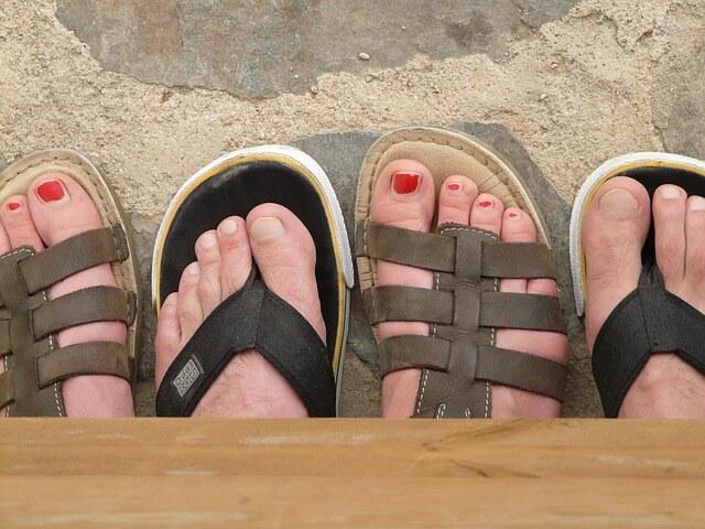 マニキュアを塗った足の指