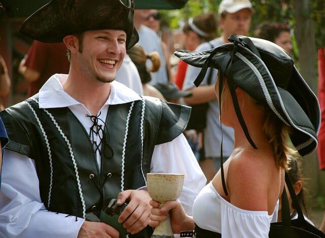 西洋風な服を着た男女