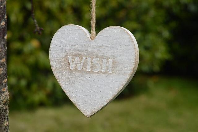 「wish」と彫られた木の板