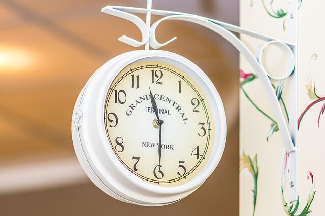 午前11時30分を示した時計