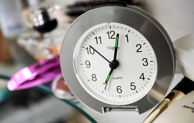 午前7時を示した目覚まし時計