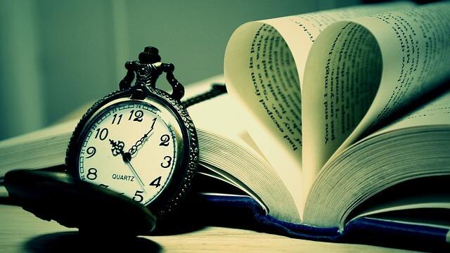 時計と開きっぱなしの本