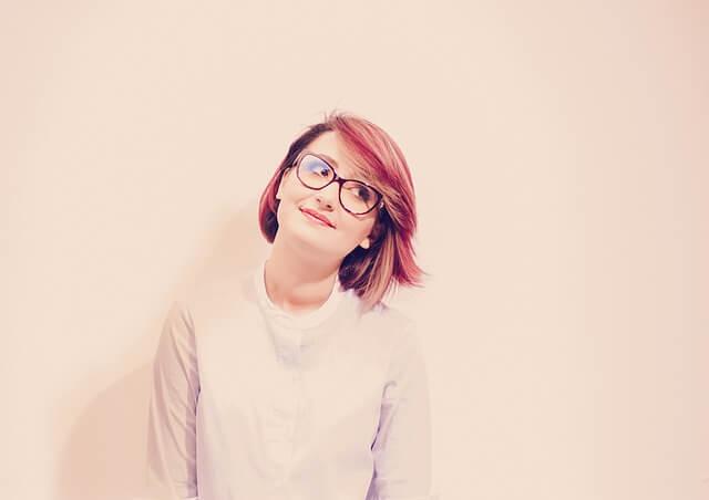 スタジオで笑顔な女性