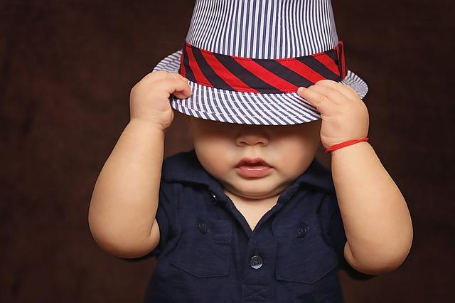 帽子を目深にかぶる人