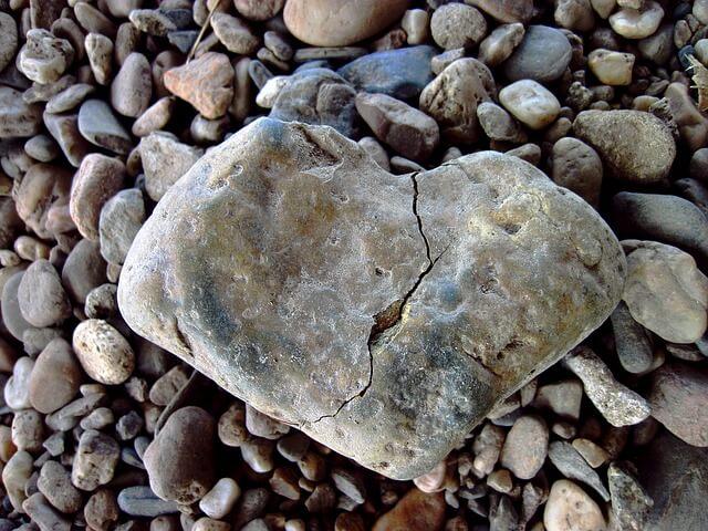 ひびの入ったハート型の石