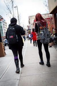 通りを歩く学生カップル