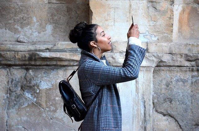 写真を取る女性