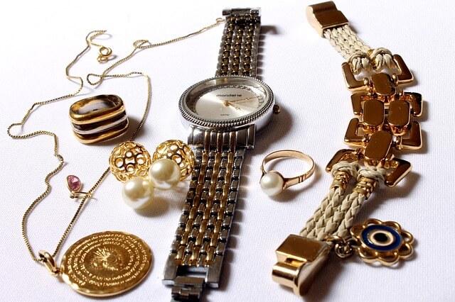 時計やリングなどのジュエリー