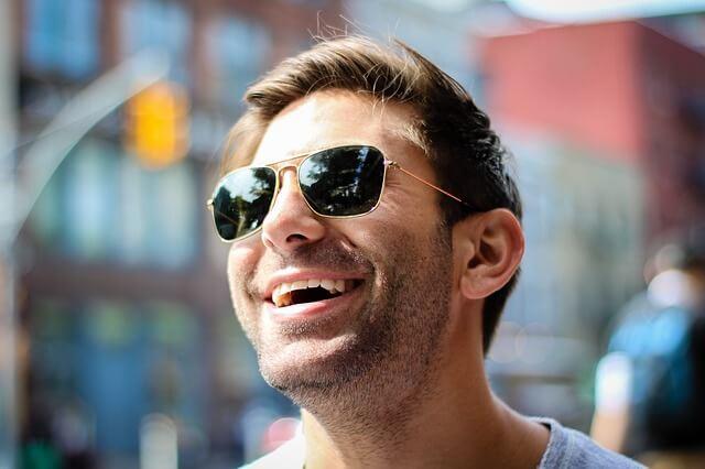 サングラスをかけた笑顔な男性