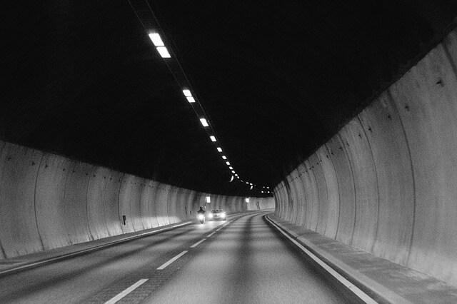 暗いトンネルの中