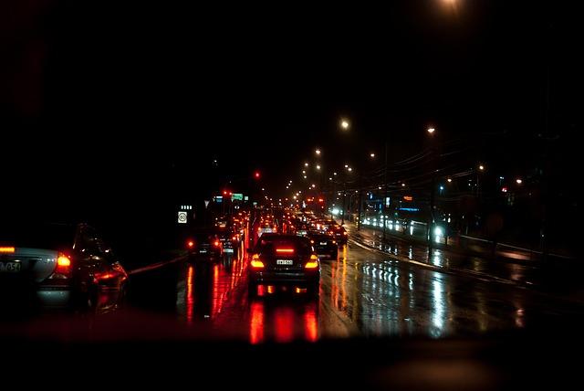 暗い雨の道路