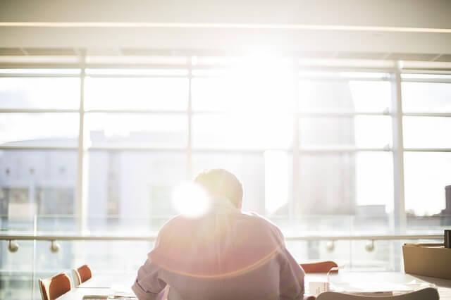 太陽光を浴びながら仕事をする男性