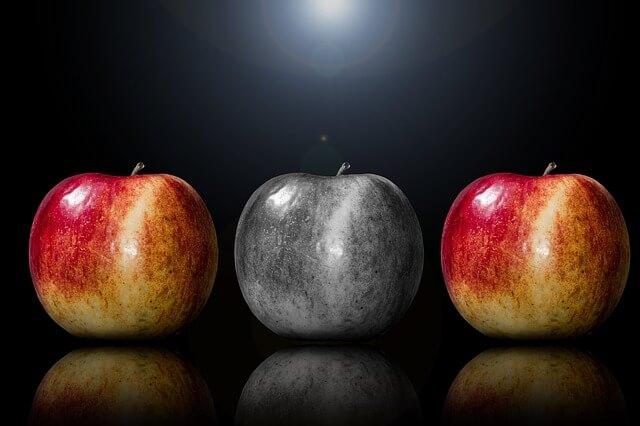 2つの赤いリンゴ