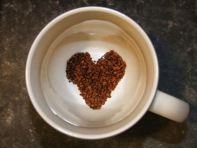 カップの中に入ったハート型のコーヒー豆