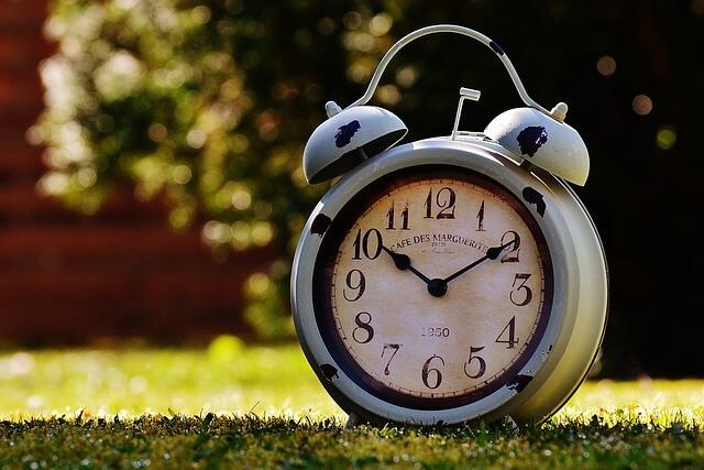 10時10分を指し示す時計