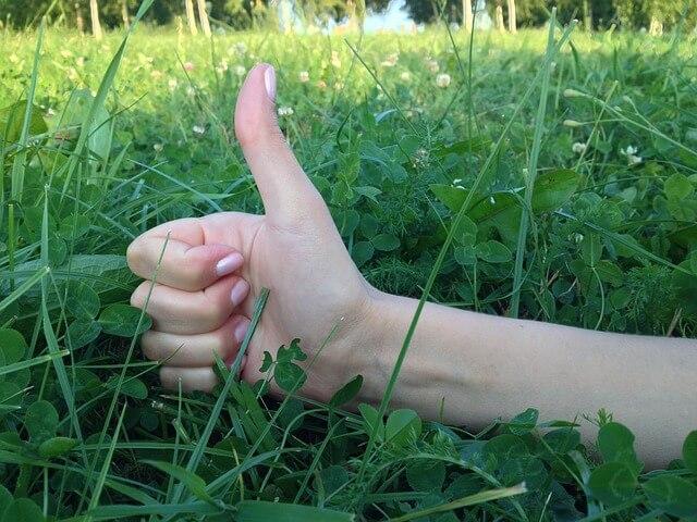 親指を上にあげてグッドを示す女性