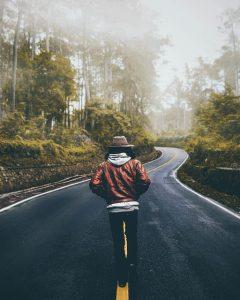 道路を歩く男性