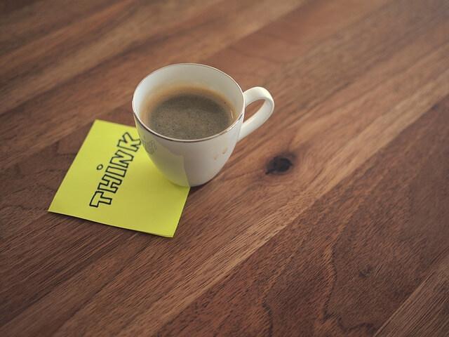 コーヒーカップの下に挟まったメモ