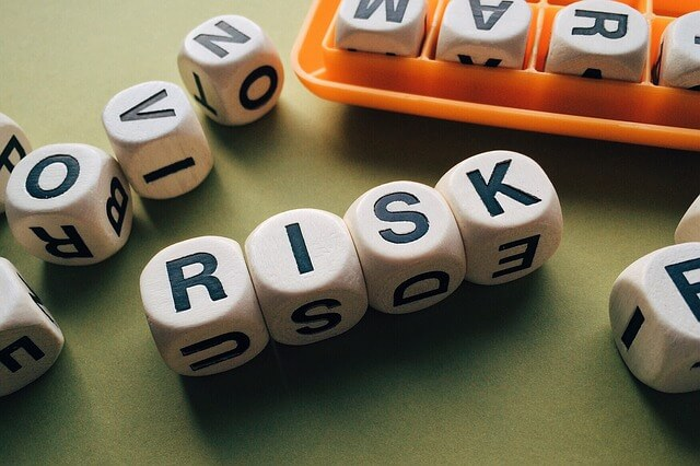 リスクと書かれたアクセサリー