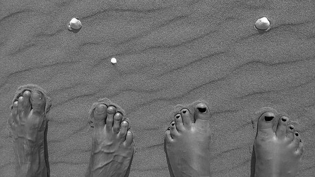 砂浜にある足