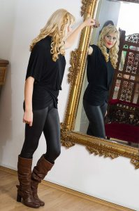 鏡を見て全体を確認する女性