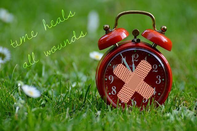 時間がすべてを癒すと書かれた時計