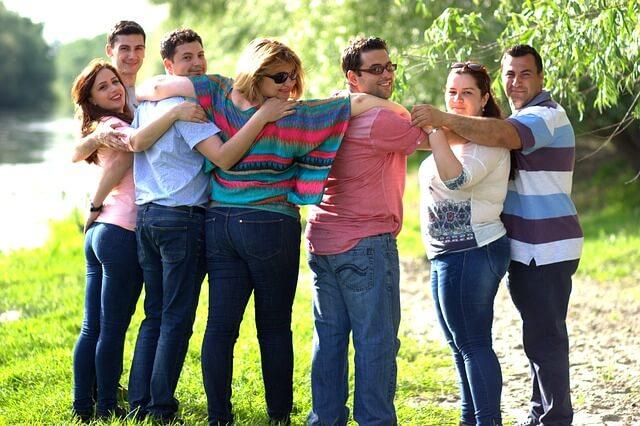 肩を組み合う男女のグループ