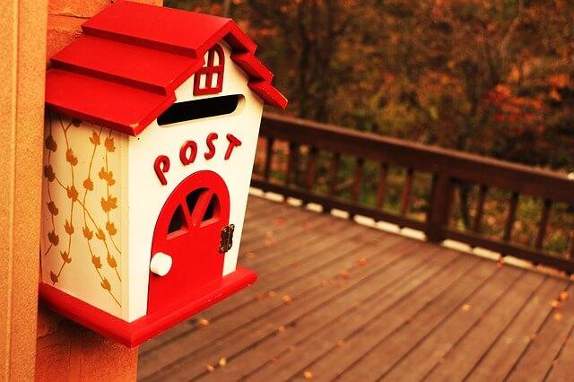 外にある郵便ポスト