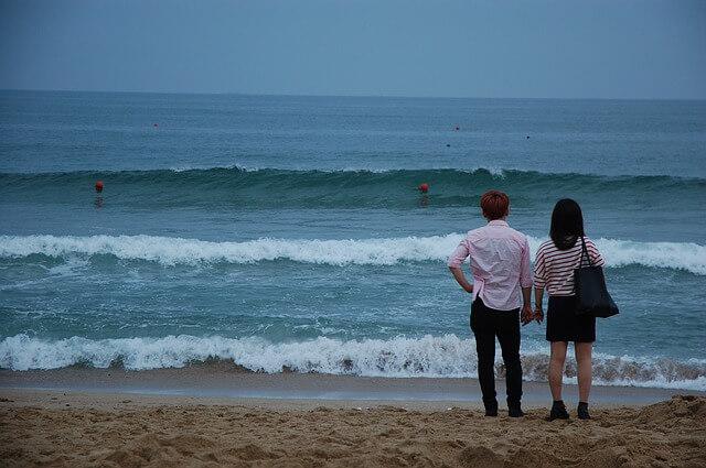 海を臨むカップル