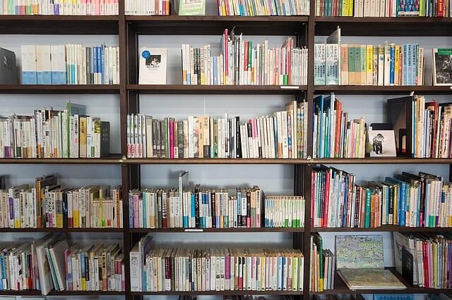 本が積み重なった本棚