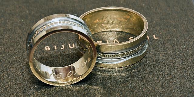 刻印されたリング