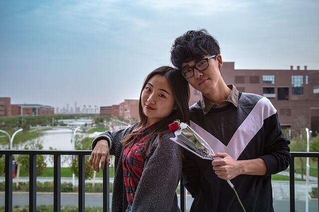 記念撮影するキャンパスのカップル