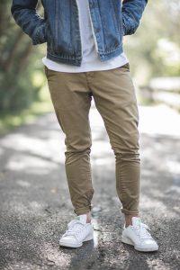 清楚な男性の服装
