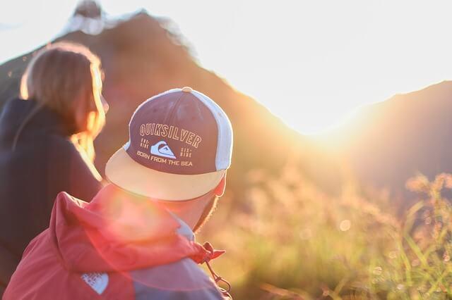 ハイキングを楽しむカップル