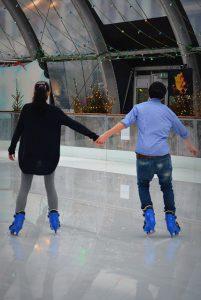 アイススケートで手をつなぐカップル
