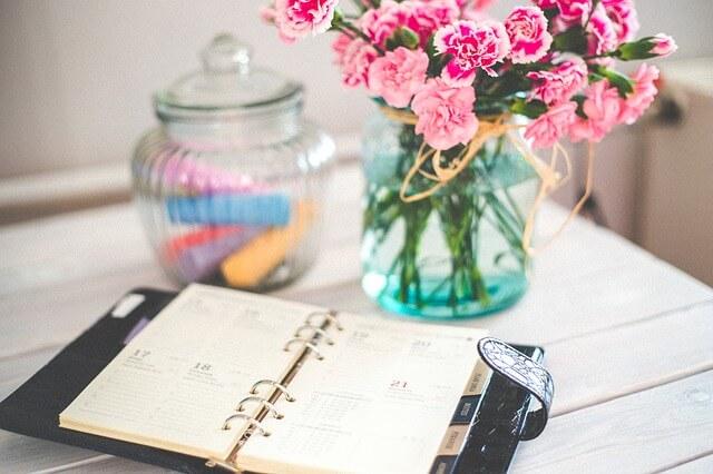 机の上に置かれたスケジュール帳