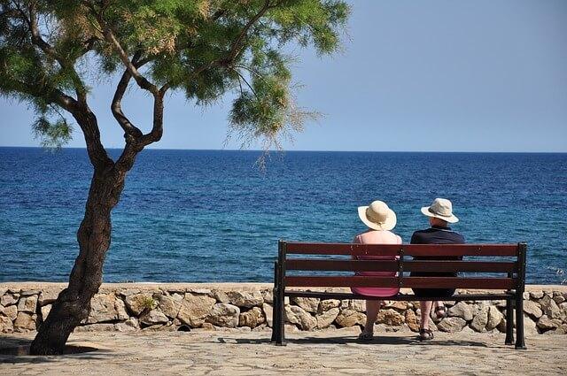 湖を臨んで座るカップル