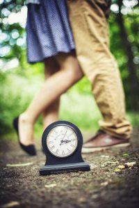 抱き合うカップルとレトロな時計